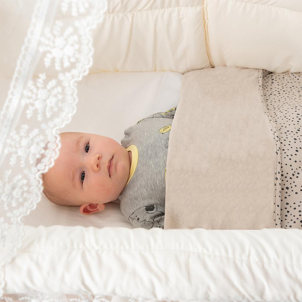 wiegje met hemeltje en bekleding, babywieg aan bed