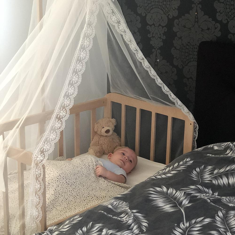 co sleeper wieg - aanschuifbedje - babybedje aan bed - babywieg aan bed - babywieg naast bed - sidebedje - co sleeper hout - wieg voor huilbaby - babywieg aan bed