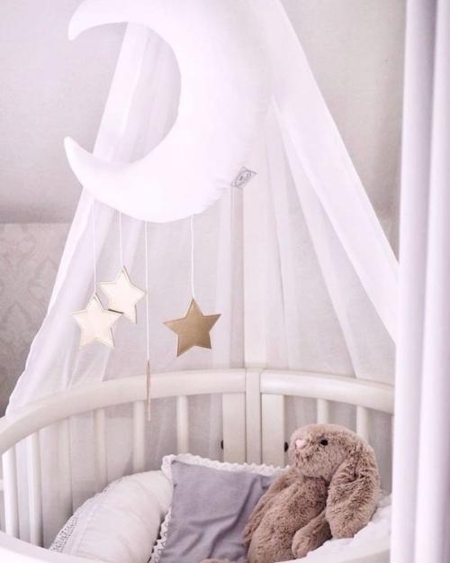 baby mobiel maan en sterren - wieg met baby mobiel - cotton and sweets - babyrace