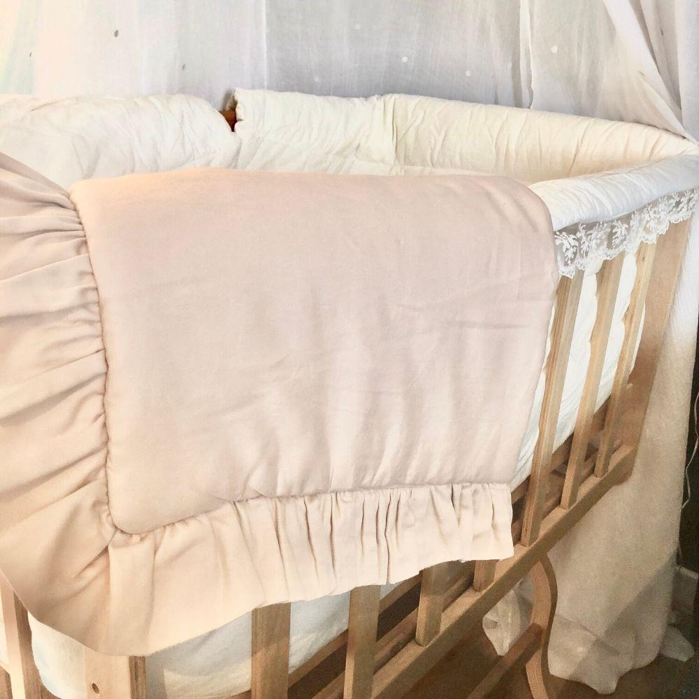 Babywieg BabyRace met wiegdeken van Cotton and Sweets nude - dekentje voor wieg