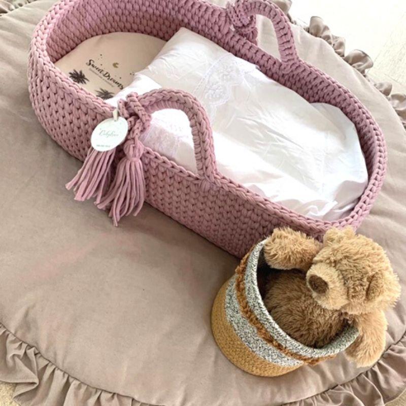 babynestje roze, wieg mand, mozes mandje wieg, gehaakt mandje voor baby, baby mandje
